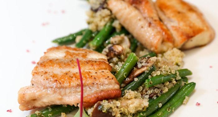 Anguila a la plancha con revuelto de judías verdes, setas y quinoa