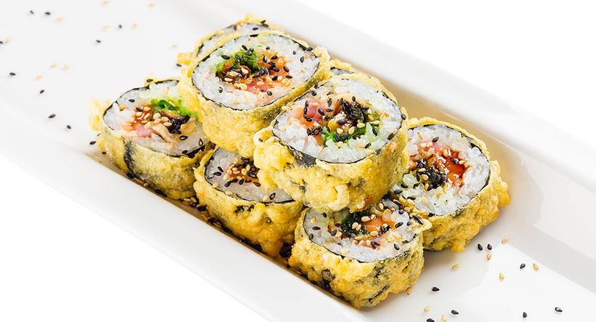 Makis con anguila ahumada y alga wakame en tempura