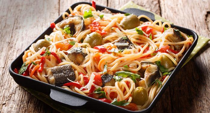 Spaghetti con anguila frita y verduras